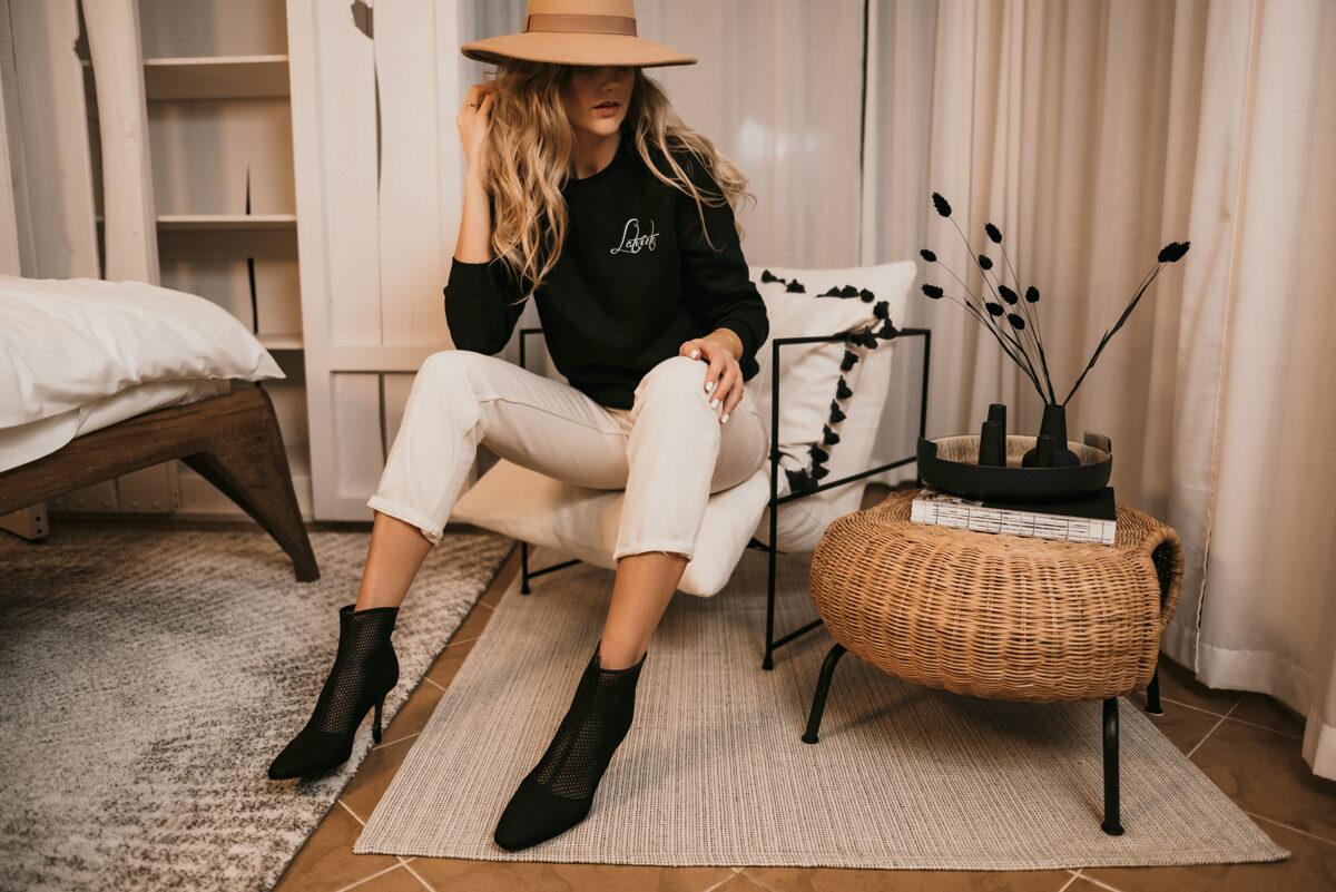 """melns džemperis ar baltu mini """"Latviete"""" uzrakstu"""