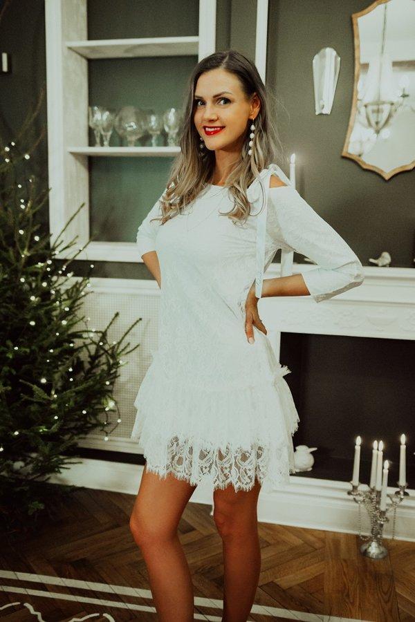 Mežģīņu kleita ar pusgarām piedurknēm balta
