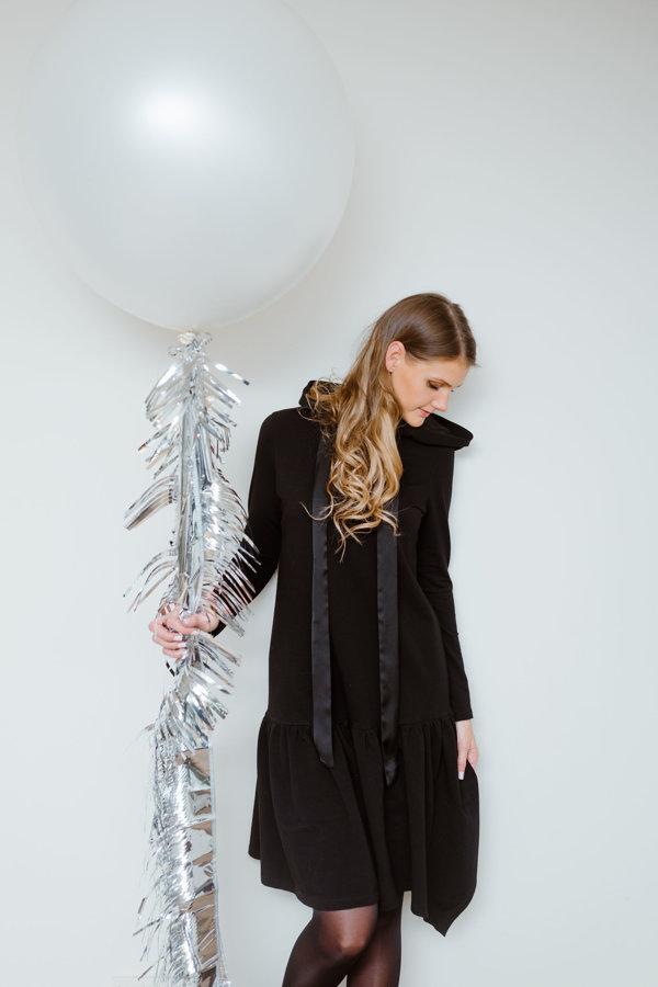 Trikotāžas kleita ar kapuci melna Latviete