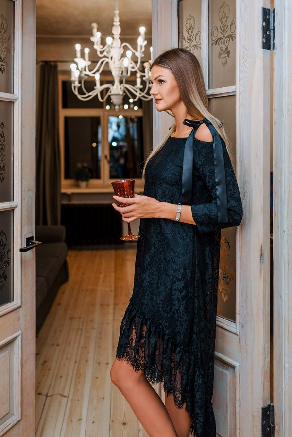 Mežģīņu asimetriskā kleita ar pusgarām piedurknēm melna