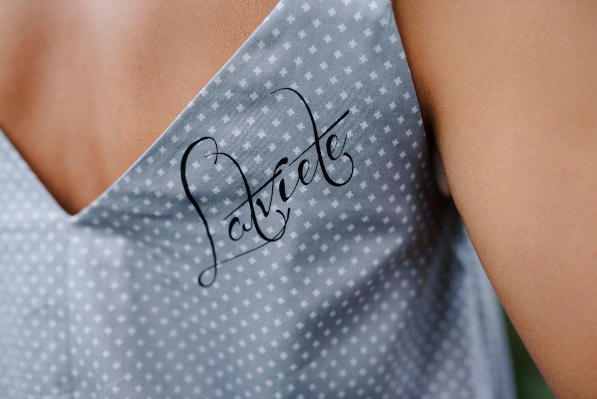 Asimetriskā kleita pelēka ar baltiem krustiņiem Latviete