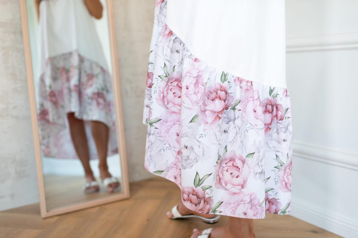 asimetriskā kleita balta ar volāna daļā peonijas ziedu rakstu
