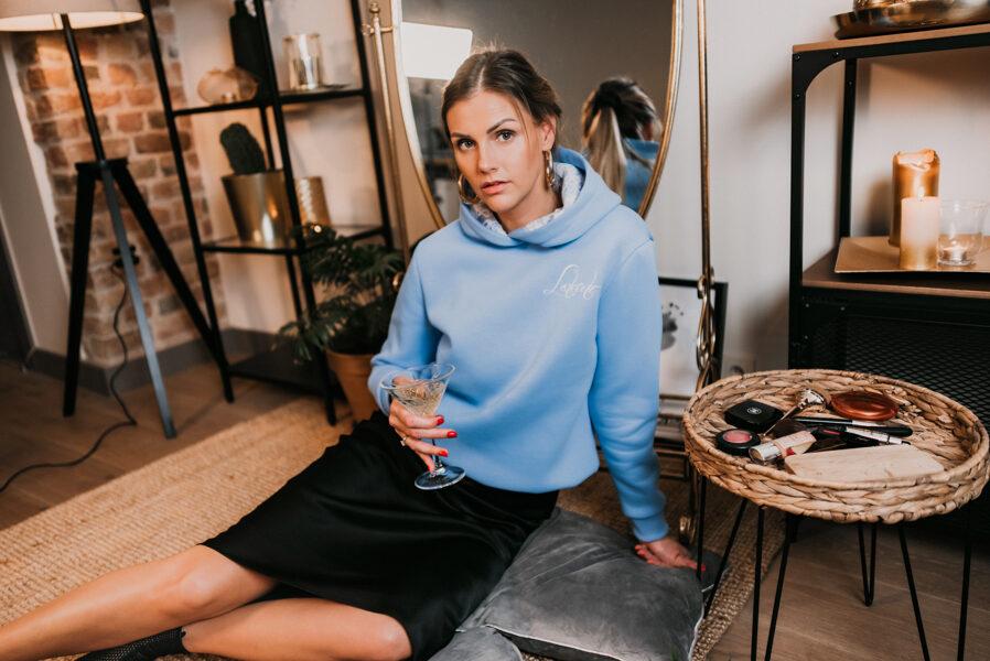 debesu zils džemperis ar mežģīņi kapucī